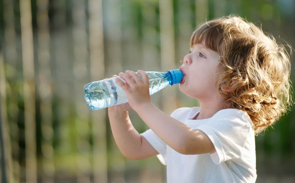 小朋友喝飲用水